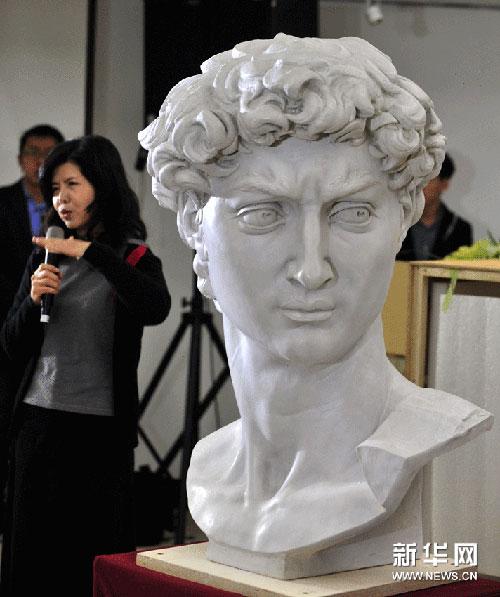 展顾问刘俊兰向观众介绍米开朗基罗雕塑品《大卫头像》的石膏复制展品