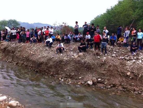 4月16日,江西武宁县政府组织专业人员和机械,在船滩乡船滩村对千年乌木进行开挖,使千年古木得以重见天日。上午七点半开始,千年乌木开始逐步开挖,为了方便下一步运输,目前临时道路已基本打通。附近几个村庄的村民也纷纷赶到开挖现场,大家都想一睹乌木的真面目。   新闻背景:江西武宁县发现千年乌木 树龄在4000年以上   4月11日,中国江西网记者获悉,江西省武宁县船滩乡船滩村一村民在船滩河发现乌木,树龄在4000年以上。由于乌木埋在河床里面,目前还无法判断有多长多大。   4月11日晚,记者致电船滩乡文化站