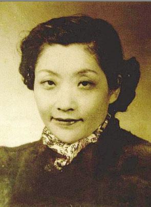 """吴靖,天津吴家大院的后代,""""汇丰吴""""的孙女、赵四小姐的闺蜜兼嫂子吴佩琳,报考清华大学时改名为吴靖。即使没有张学良与赵四小姐之间的曲折故事,吴靖也是北洋时代的一个传奇。而今,这位年逾百岁的老人依然生活在上海一处普通的洋房里,是唯一健在的一位北洋名媛。"""