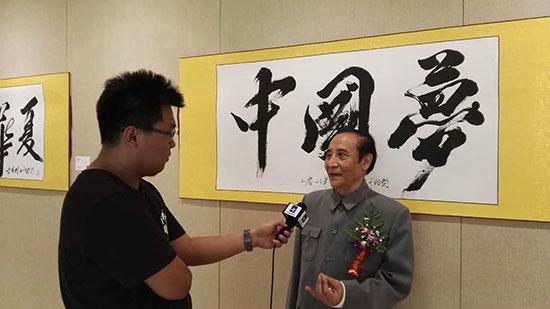 李国栋在展出作品前接受采访。