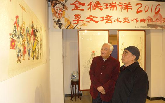 李文培(左)陪同参展嘉宾戴泽参观展览。(钱晓鸣/摄影)
