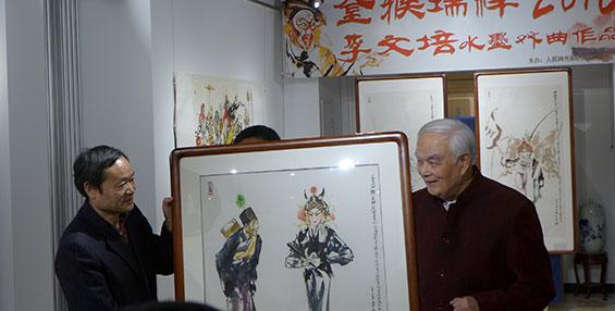 李文培向人民网书画研究院捐赠作品《三岔口》。(钱晓鸣/摄影)
