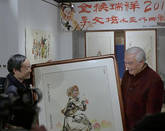 李文培向人民网书画研究院捐赠作品《齐天大圣》。(钱晓鸣/摄影)
