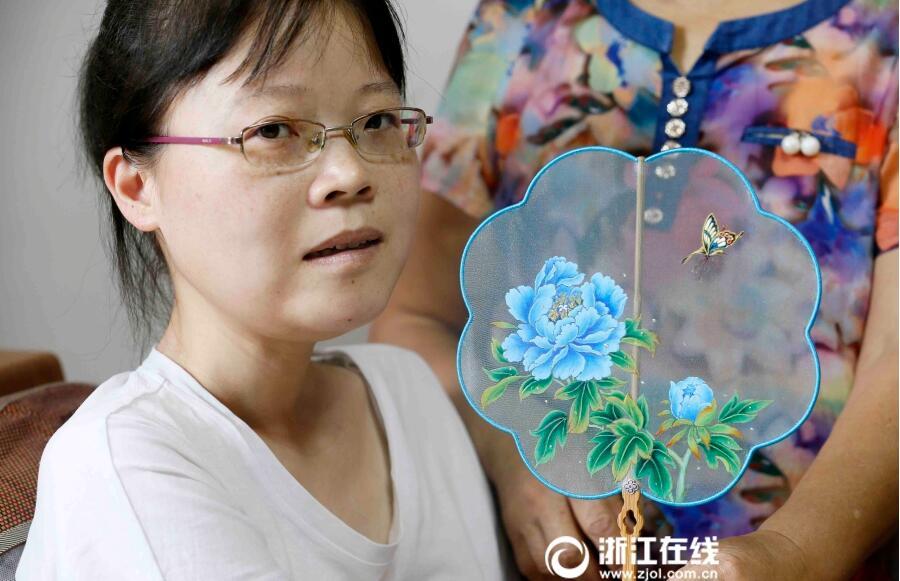 2017年书画展览手只能移动5厘米这个姑娘的画却在中外获奖