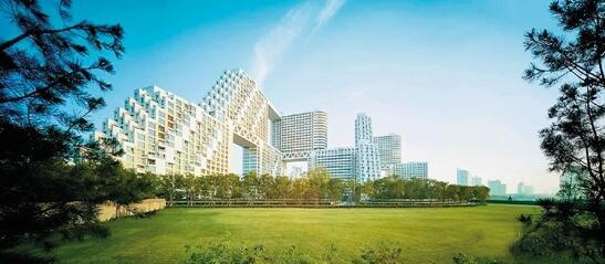 摩西萨夫迪 嘉里海碧台实景图 日本著名设计师黑川雅之,近些年在中国频繁活跃,也被越来越多设计爱好者所熟知,他所传播的独特的设计理念,影响了众多年轻设计师。8月5日,他现身秦皇岛嘉里海碧台艺术中心,进行了一场主题为《思想与作品》的演讲。他介绍了近期的设计与建筑作品,并讲解其背后所隐含的思想。 在北纬39.