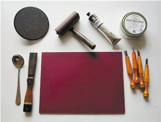 工具和材料:木刻刀、橡胶滚筒、拓磨工具、油墨、纸张