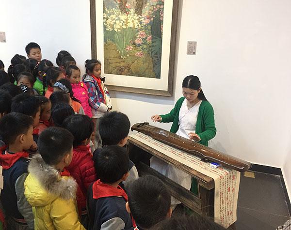 展览现场古琴演奏。
