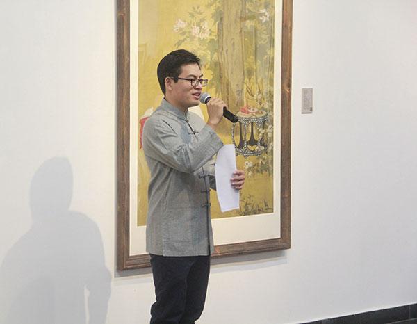 北京师范大学美术与设计系副教授王鹏在现场为嘉宾及观众介绍展览。