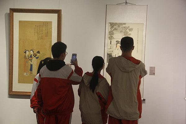 北京师范大学附属中学的学生们参观展览。