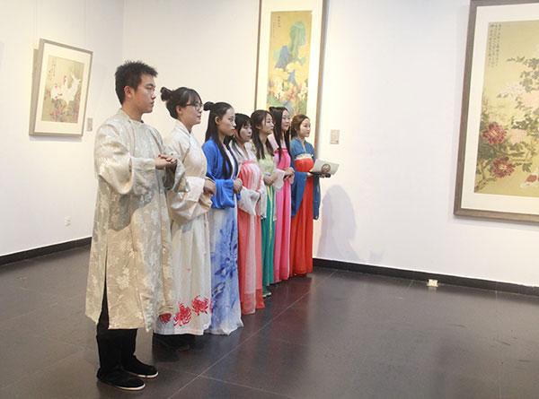 參展的北師大國畫研究生在開幕式現場的古風造型。