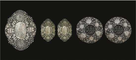 累丝镂空盘 A Set of Filigree Openwork Plates 民国 大菱形 长:20cm;宽:15.6cm;重:136g 小菱形 长:14.5cm;宽:10cm;重:57g、61g 圆形款 口径:16.4cm;重:110g、108g