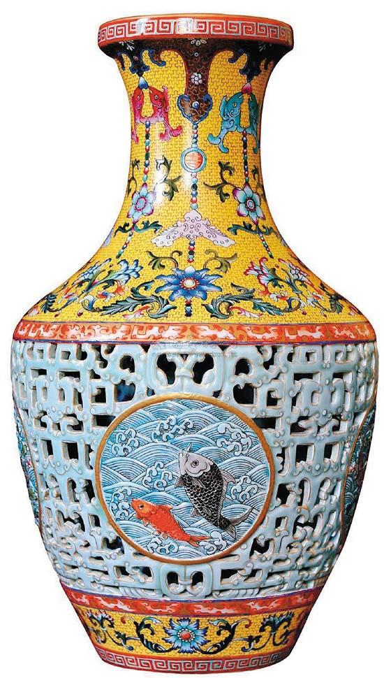 清乾隆30年(1730) 粉彩镂空开光鱼戏水纹瓶