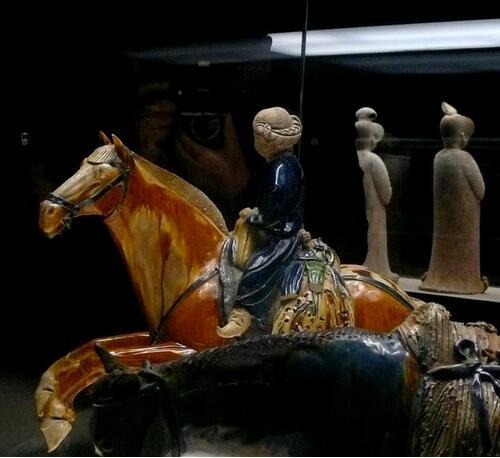 西安博物院镇馆之宝是一件国家级文物—唐三彩腾空马