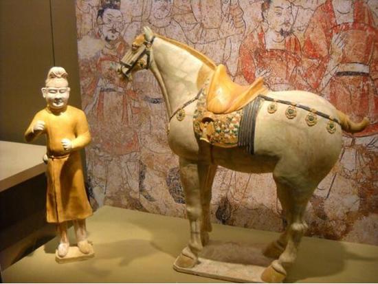 唐代三彩釉牵马俑与陶马 陕西历史博物馆藏
