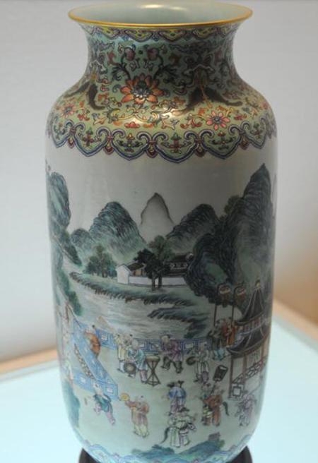 粉彩松鼠葡萄纹瓷方尊 清乾隆 国家一级文物