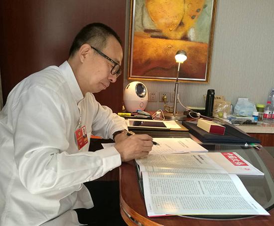 全国政协委员、中国文联副主席、中国民间文艺家协会主席潘鲁生