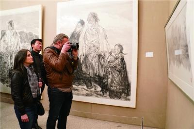 观众在巴黎中国文化中心观看展览