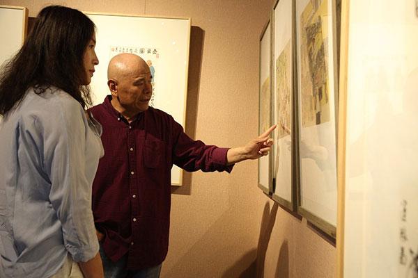 导师马海方在展览现场介绍作品