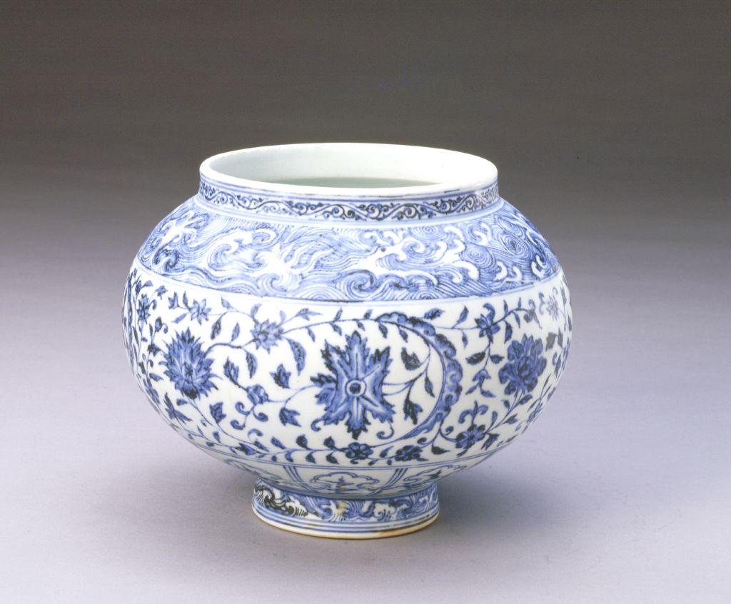 青花缠枝花纹罐