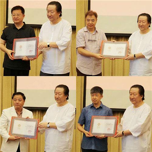 杨晓阳为曾来德、邹涛、屠新时、叶欣颁发证书