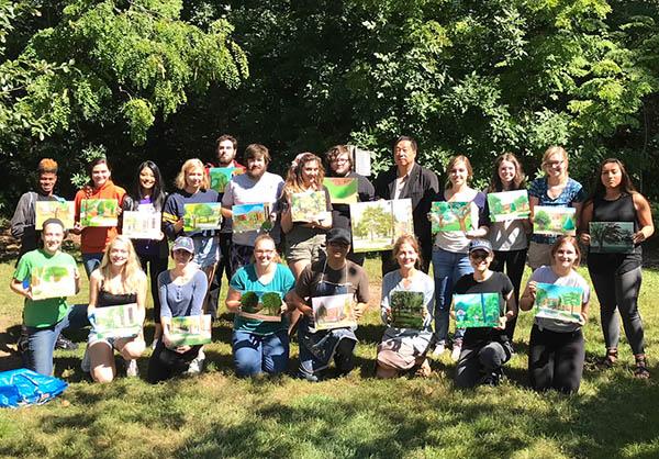 为威斯康辛大学白水校区的学生开展油画写生工作坊