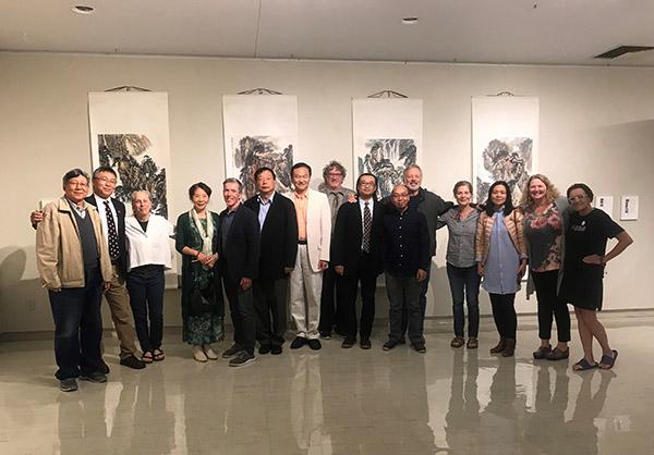 中美艺术家在山外青山主题展上合影
