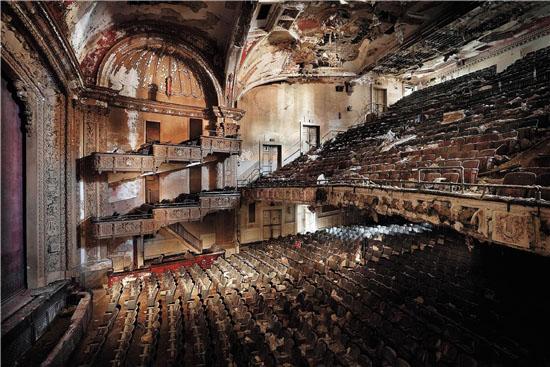 亨克·范·伦斯伯格 亚当斯剧场 由杜梦堂画廊提供