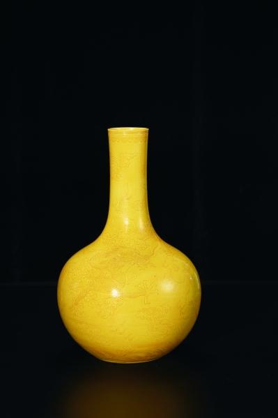 清嘉庆黄釉 云龙纹天球瓶
