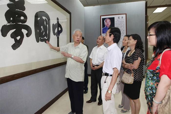 2013年在北京军事博物馆,由人民日报社、中华全国新闻工作者协会、解放军总政治部宣传部和中国书法家协会主办以《中国梦》为主题的邵华泽书法展,这是展览现场。