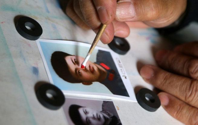 """图片故事:最后的黑白照片着色师 用毛笔助人修补""""记忆 """""""