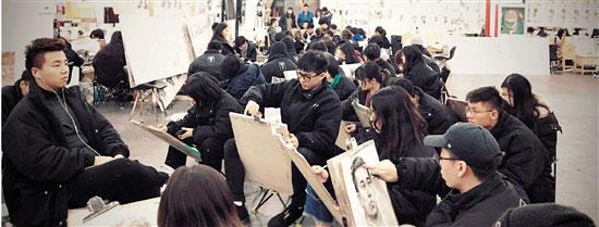 厚一画室的学生正在练习
