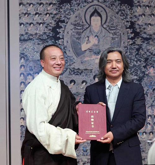 中国美术馆馆长吴为山为娘本颁发作品捐赠证书