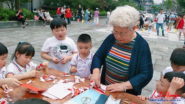 """浙江桐庐:剪纸、作画、包粽子……这个端午节""""大餐""""很丰盛"""