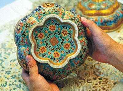 康熙时期的珐琅彩瓷器,其花纹凸起有立体感,画面瑰丽.