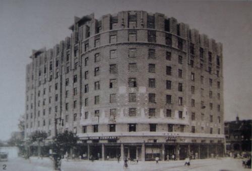 平安大楼为八层高层美式公寓,所谓美式公寓,为带有多元建筑风格,且以